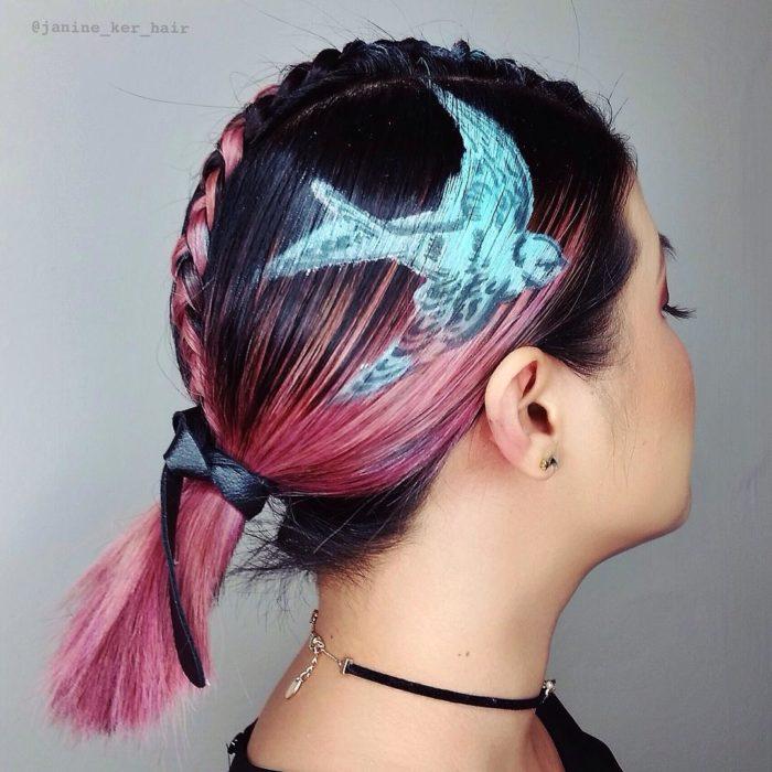 ave de colores en el cabello