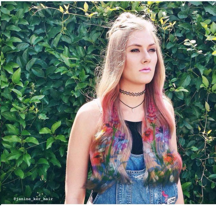 chica con jardín en el cabello