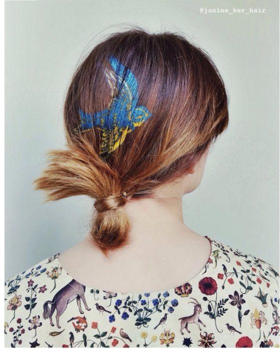 chica con ave en el cabello
