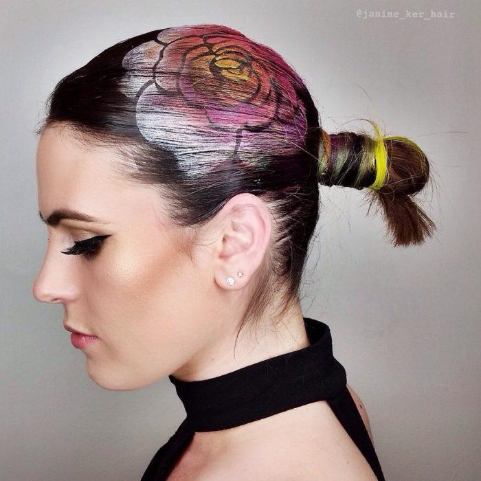 rosa en el cabello