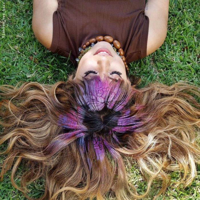Flor morada en el cabello