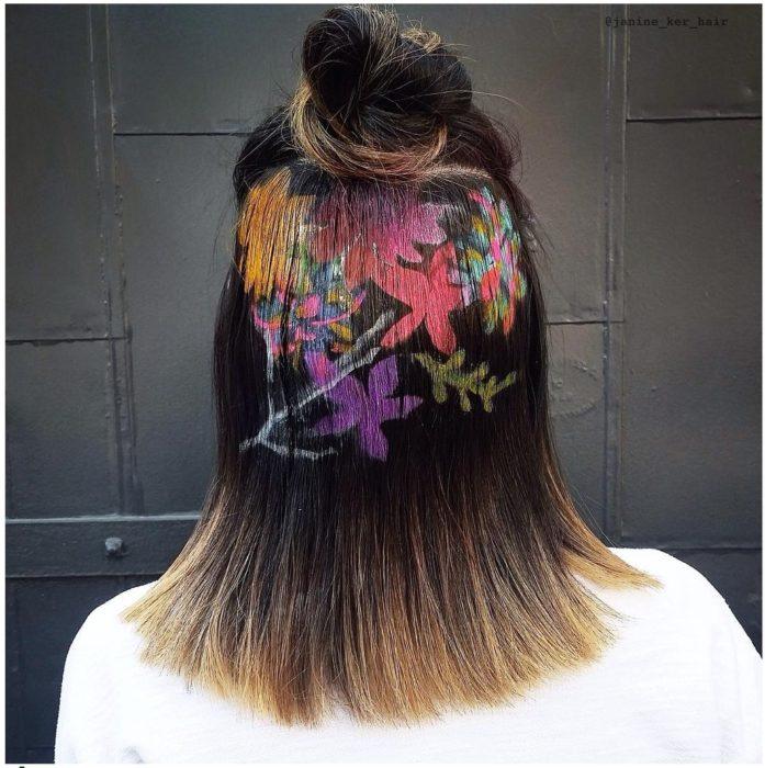 chica diseño flores en la cabeza