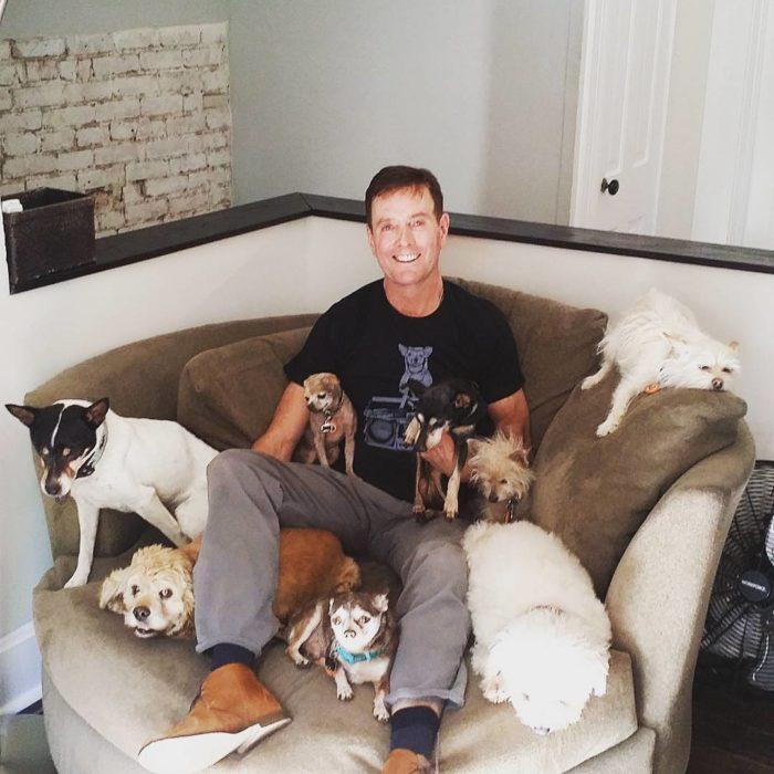 Hombre que tiene más de 10 mascotas