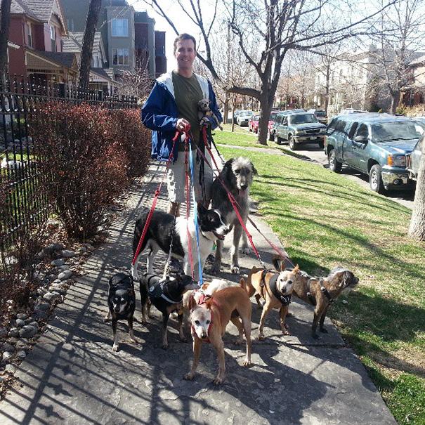 Hombre saliendo a pasear con sus perros