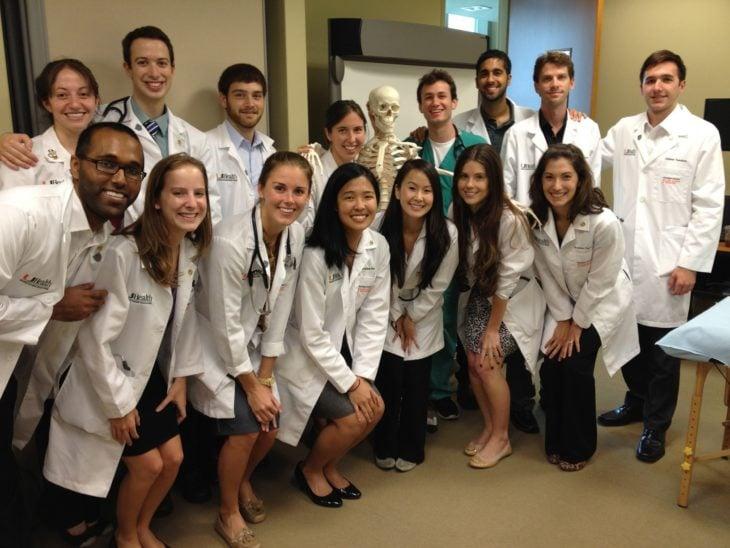 estudiantes de medicina agachados