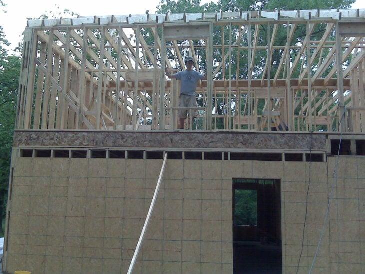 Mujer construye casa