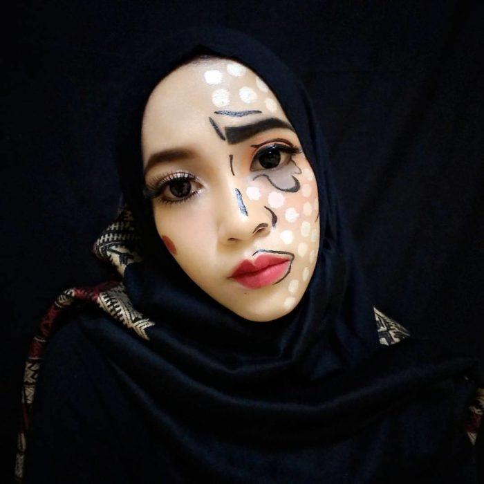 Mujer con un lado de su rostro maquillado de forma trágica