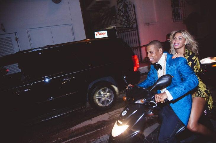 hombre y mujer en una motocicleta