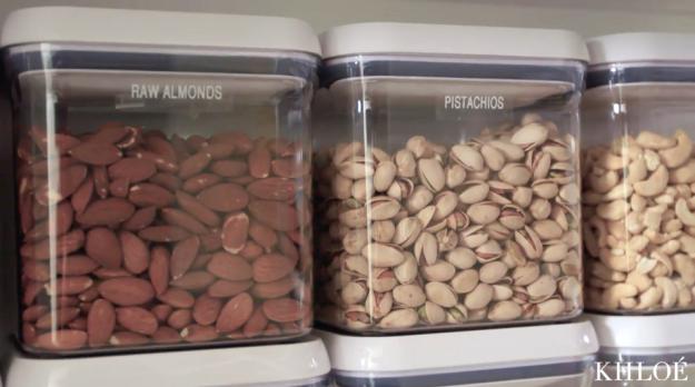 Khloé Kardashian organizando las semillas