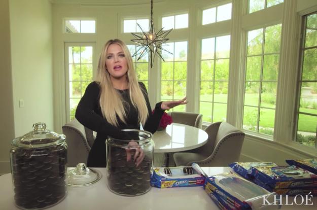 Khloé Kardashian organizando sus galletas favoritas