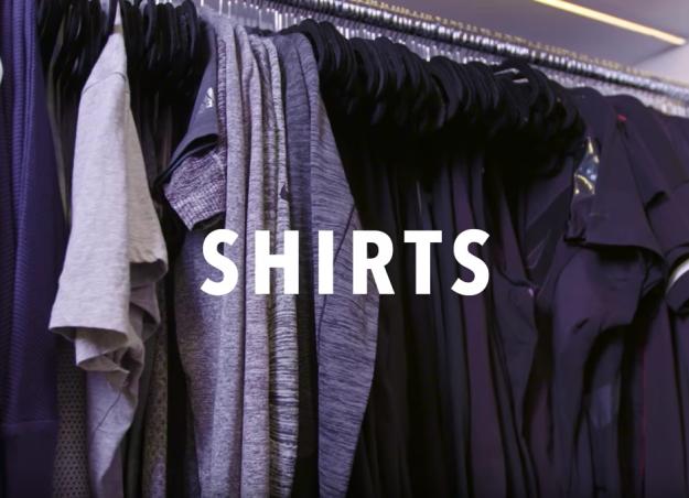 Khloé Kardashian organizando sus camisas