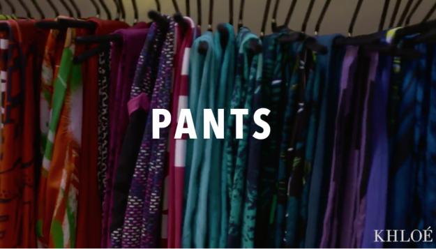 Khloé Kardashian organizando su pantalones deportivos