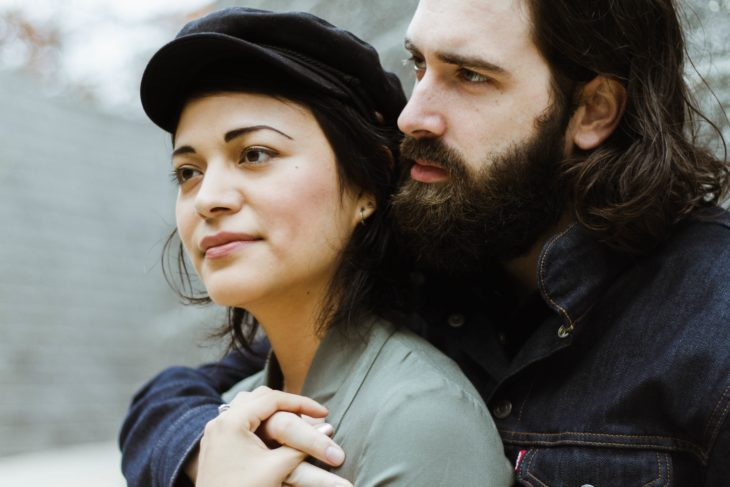 chico con barba con su novia