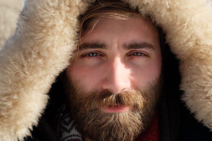 chico con barba y ojos azules