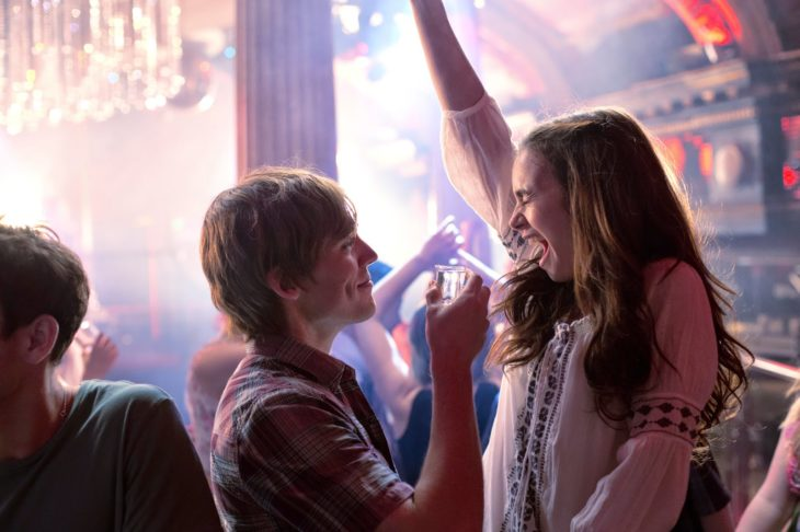 hombre y mujer de fiesta felices