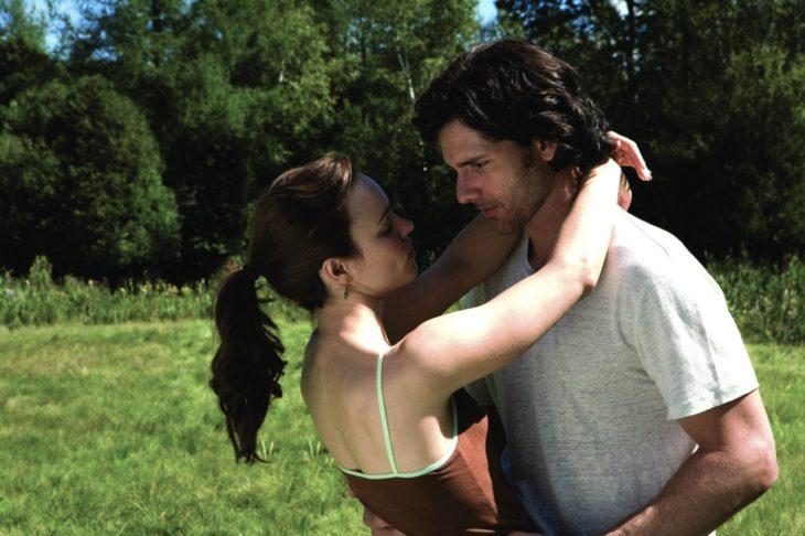 mujer abrazando a hombre en jardin