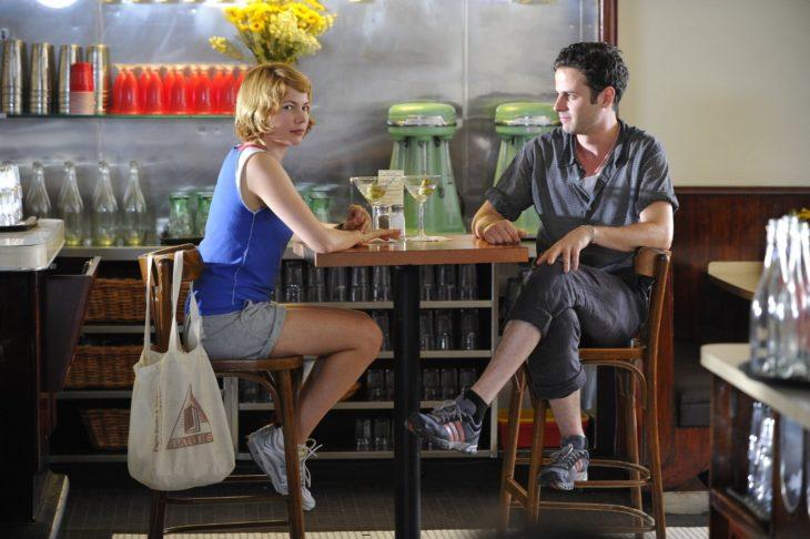 mujer rubia sentada en la mesa con hombre