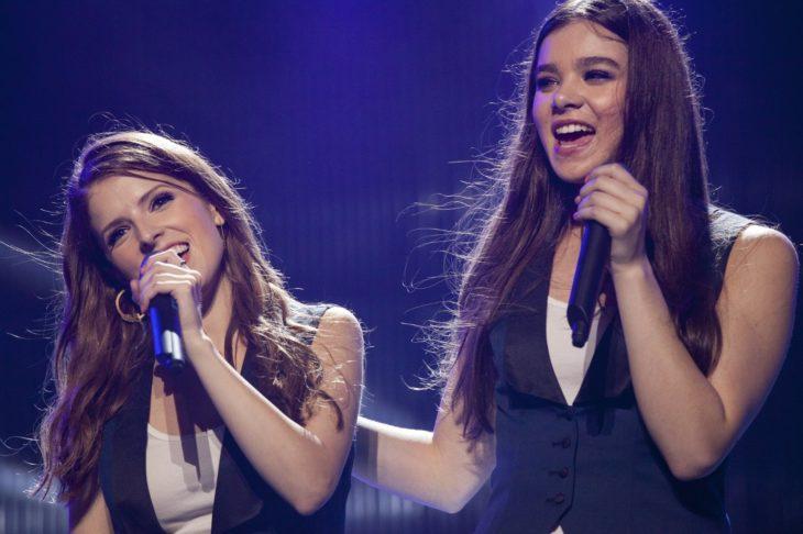 dos mujeres con microfono cantando