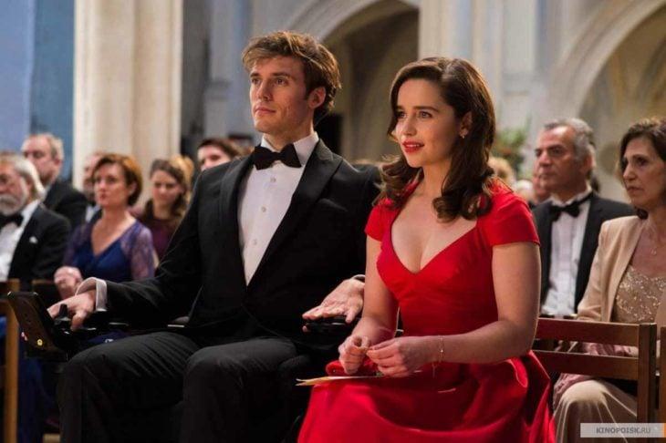 hombre y mujer sentados en iglesia