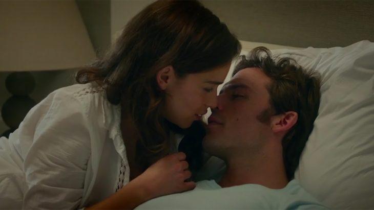 mujer besando a hombre en la cama