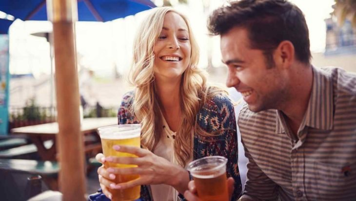 pareja de novios bebiendo cerveza