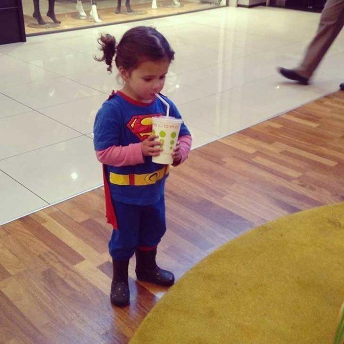 niña superhoreo