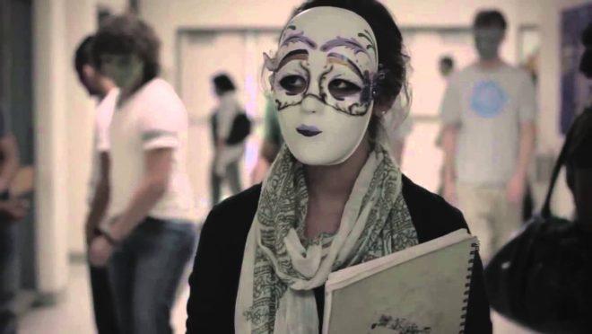 chica con mascara