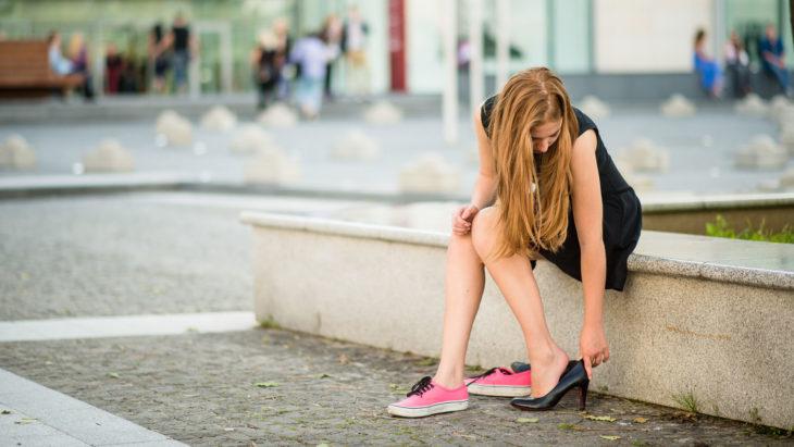chica cambiando sus zapatos
