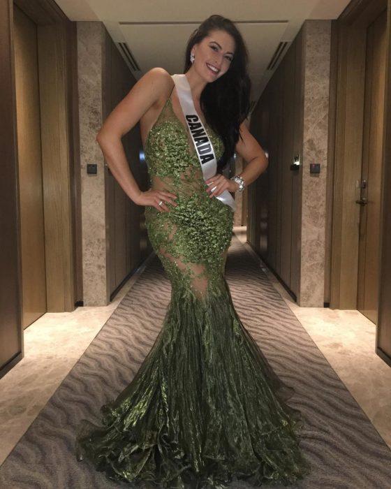 Miss Canadá luciendo un vestido verde