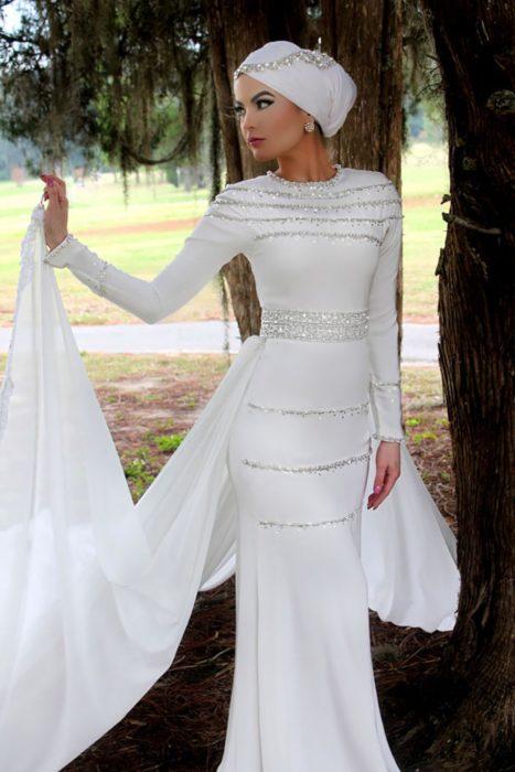 Mujer usando un hijab el día de su boda