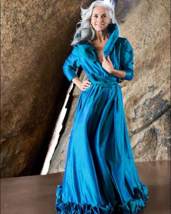 Yazemeenah Rossi usando un vestido azul