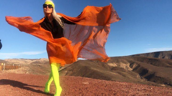 Yazemeenah Rossi usando un vestido de color naranja