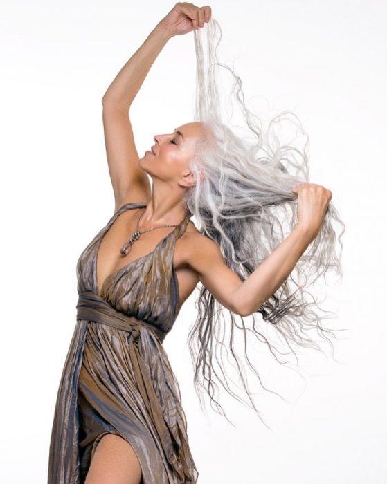 Yazemeenah Rossi usando un vestido de color gris y café
