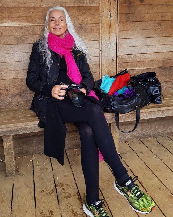 Yazemeenah Rossi sentada sosteniendo una cámara fotográfica