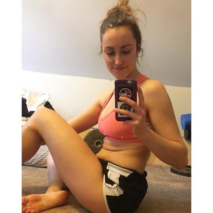 Modelo fitness antes y después de sentarse y mostrar sus lonjitas