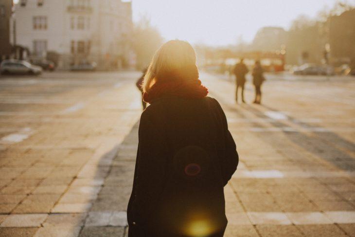 chica caminando sola por la calle