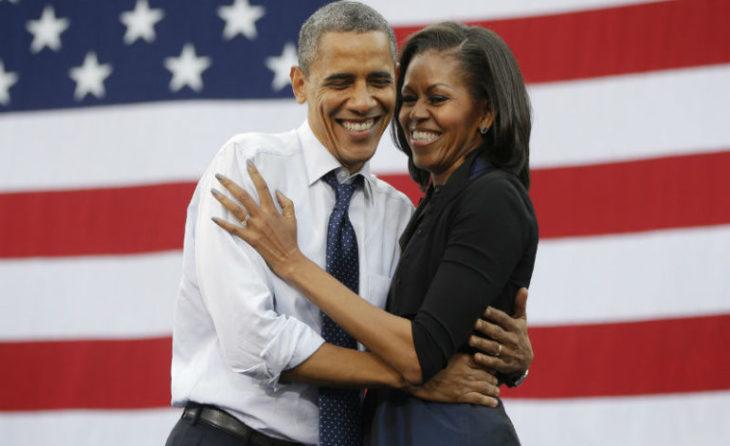 hombre abraza a mujer y bandera de estados unidos atrás