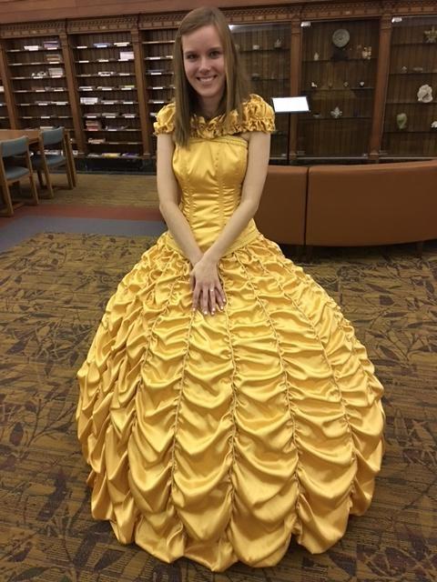 Chica usando un vestido de la bella para su propuesta de matrimonio