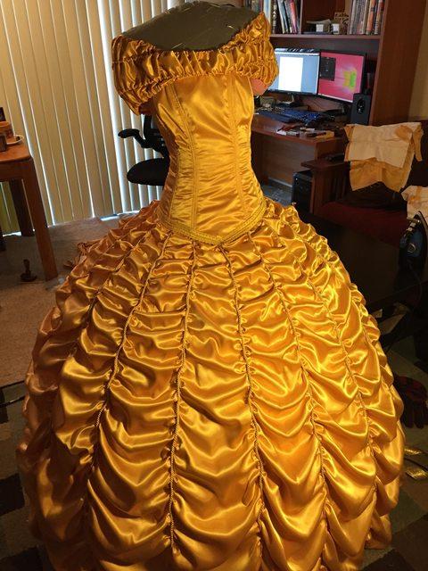 Vestido de la bella hecho para una propuesta de matrimonio