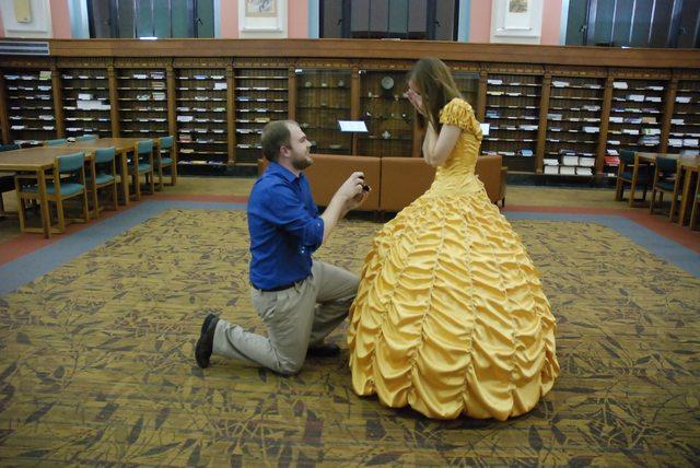 Propuesta de matrimonio en una biblioteca al estilo la bella y la bestia