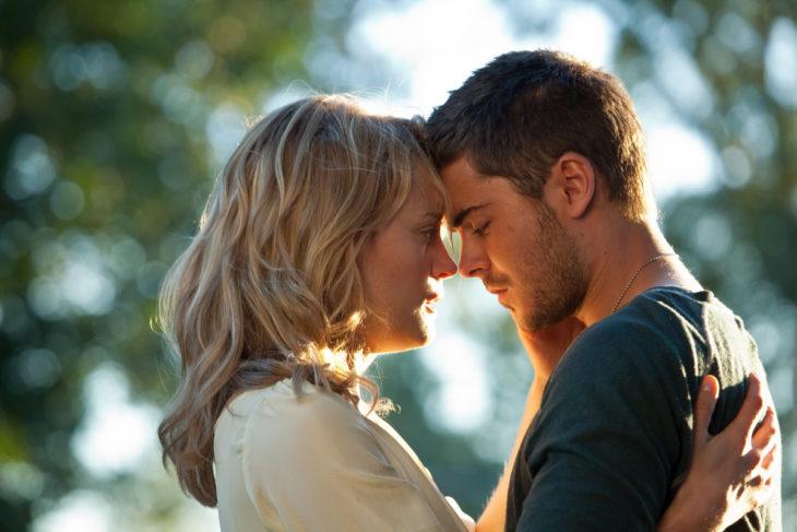 Escena de la película the lucky one, pareja de novios abrazados