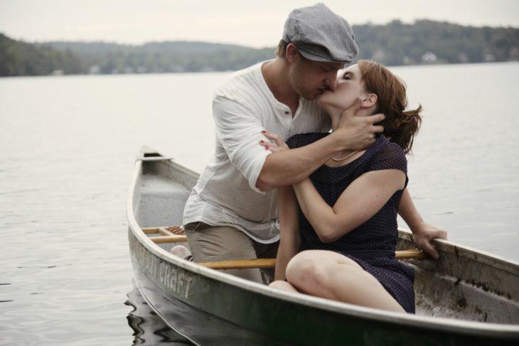 Pareja de novios en una barca