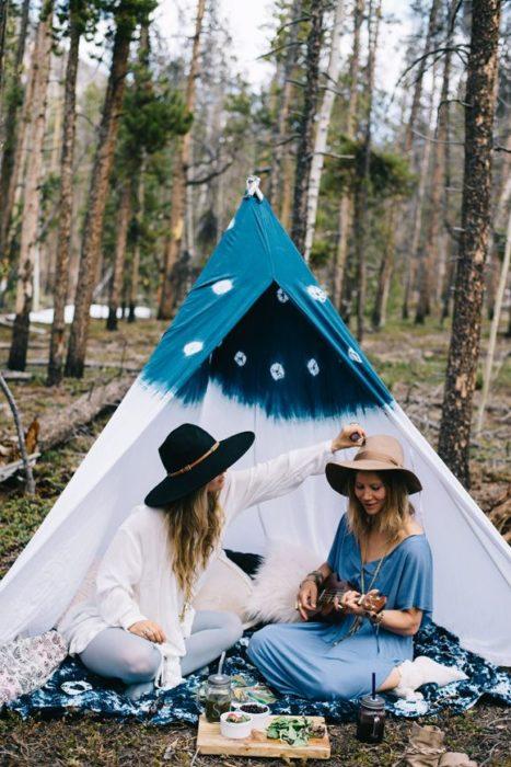 Chicas en medio de un bosque cantando