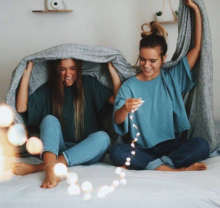Chicas sentadas en una cama conversando