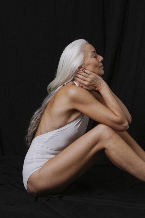 Modelo que tiene 61 años de edad posando para una sesión de fotos