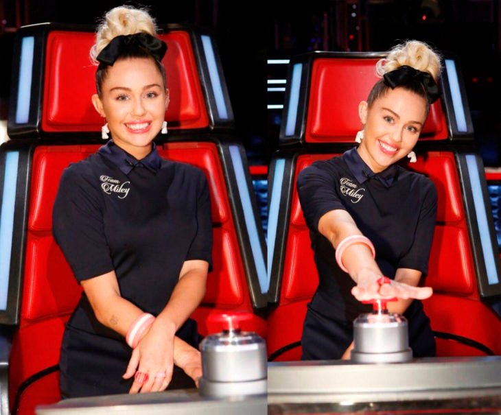 Miley Cyrus aplastando un botón