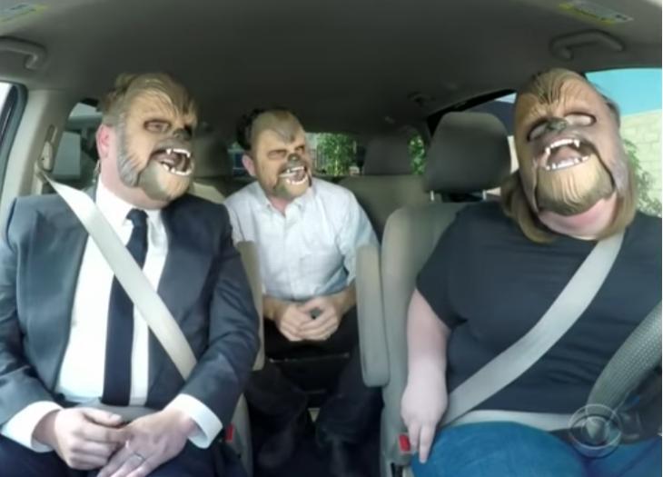 personas en un coche cantando con máscaras