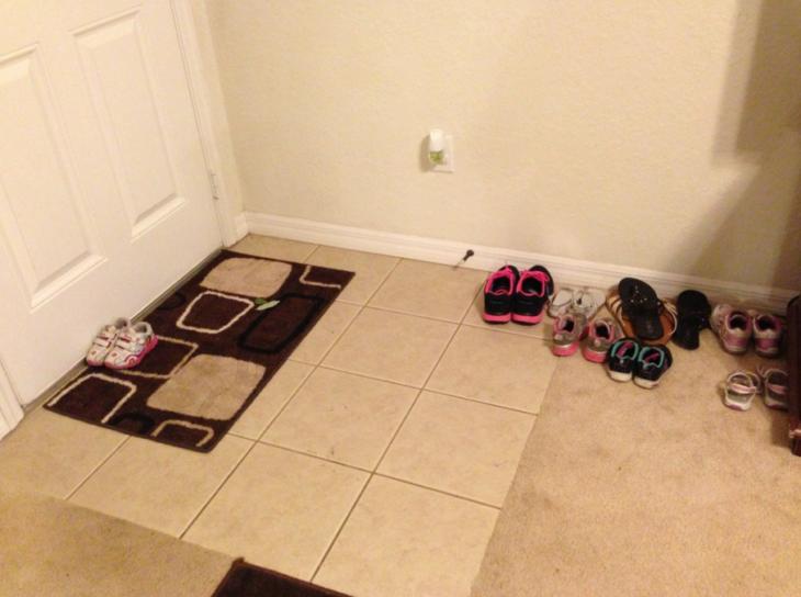 zapatos al lado de una puerta