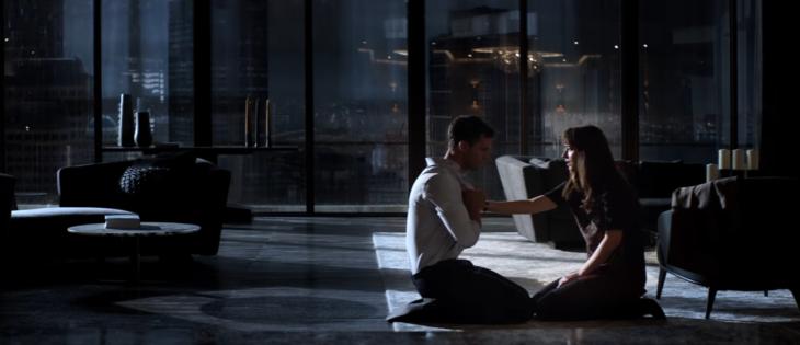 mujer sentada en el suelo junto a hombre