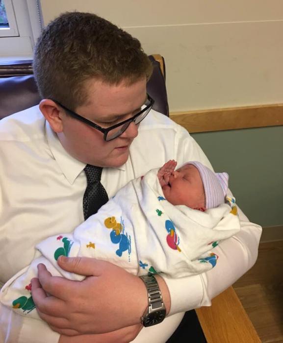Chico sosteniendo a su sobrina en brazos